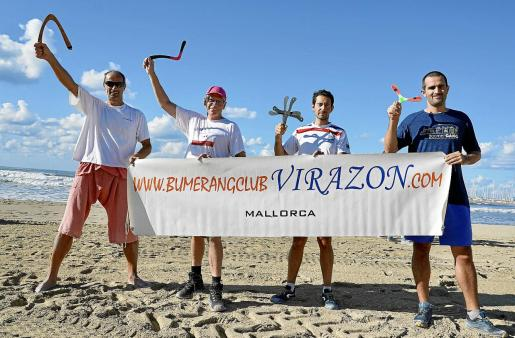 Toncho Enev, a la izquierda, con participantes en el torneo internacional celebrado recientemente en la playa de Can Pastilla.