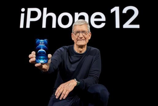 El CEO de Apple Tim Cook posando con el nuevo iPhone 12.