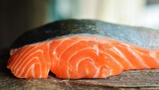 Una rodaja de salmón, rico en Omega 3.