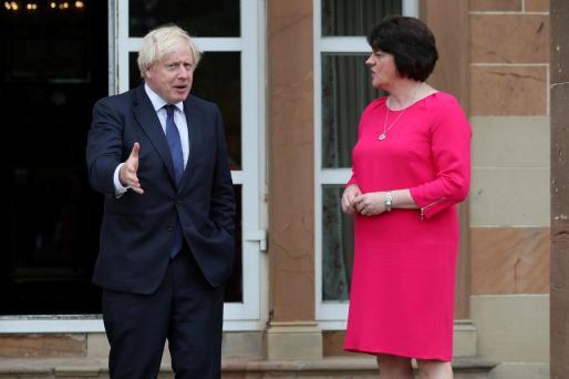 El primer ministro Boris Johnson y la ministra principal norirlandesa, Arlene Foster.