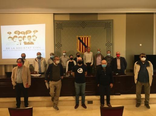 Representantes de distintas entidades han presentado este miércoles el Fòrum de la Societat Civil para la Reconstrucción de les Illes Balears en el Parlament.