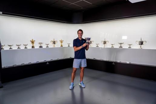 El tenista Rafael Nadal deposita su décimo tercer trofeo conquistado en París, vigésimo Grand Slam de su carrera deportiva, en su museo de Manacor.