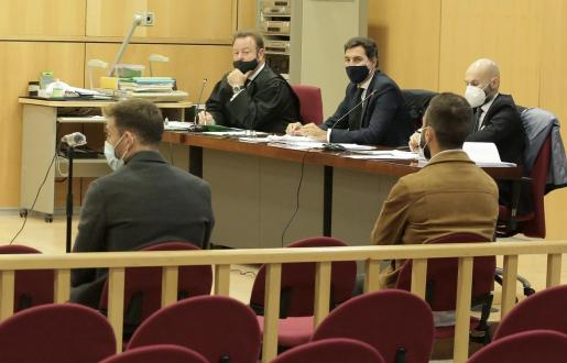 El futbolista del Eibar Sergi Enrich (i) y el ex jugador del equipo guipuzcoano Antonio Luna (d), durante el juicio que se celebra en los Juzgado de San Sebastián.
