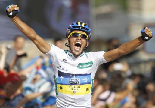 Alberto Contador celebra el triunfo al cruzar la meta.
