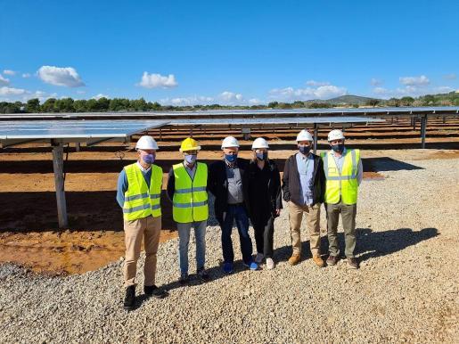 Las autoridades han visitado el proyecto fotovoltaico.