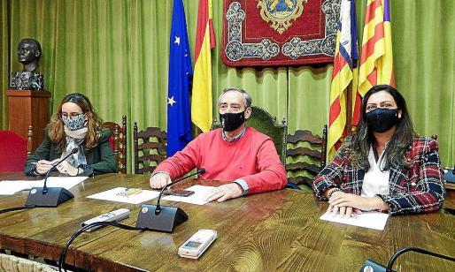 Simarro anunció la rebaja con la concejala Pomar (derecha) y la interventora.
