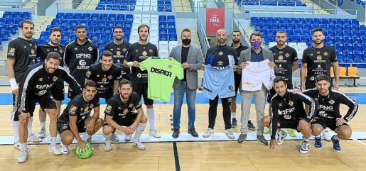 Los jugadores del Palma Futsal posan sobre el parqué del Palau de Son Moix con su nuevo patrocinador, la empresa Disper.