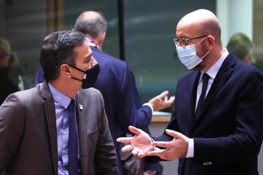 Pedro Sánchez hablando con Charles Michel, en Bruselas.