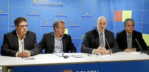 Kovacs, explicando la campaña, entre Bennàssar, Mesquida y Bosch.