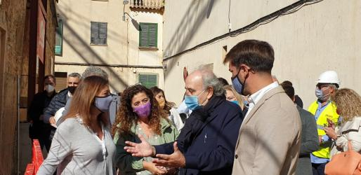 Francina Armengol, este viernes en Llucmajor con la consellera Pilar Costa y el alcalde de la localidad, Eric Jareño, durante su visita al centro internacional de fotografía Toni Catany.