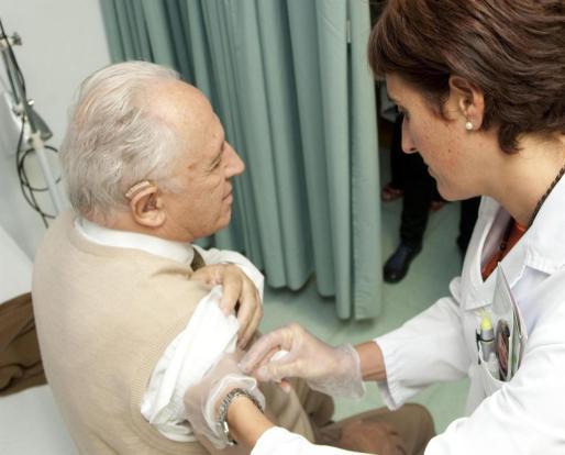 A las personas mayores se les recomienda que se vacunen de la gripe.