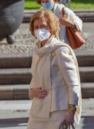 La reina Sofía sonríe a su llegada al Hotel Reconquista de Oviedo para asistir este viernes a la ceremonia de entrega de los Premios Princesa de Asturias.