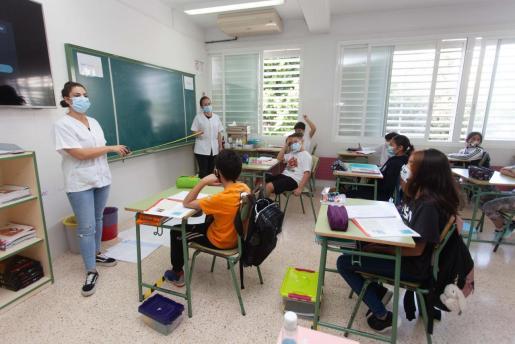 Sanitarios realizando un programa preventivo en una escuela de Ibiza.