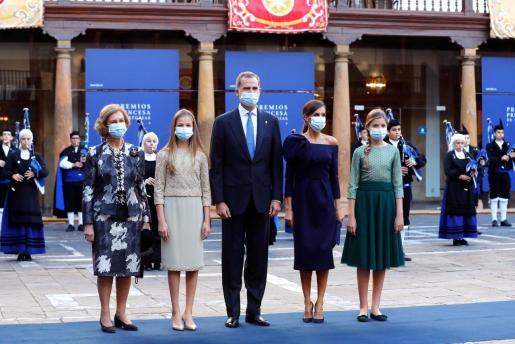 Los reyes Felipe VI y Letizia, acompañados de las princesas Leonor y Sofía, y de la reina emérita Sofía, posan a su llegada a la ceremonia de entrega de los Premios Princesa de Asturias celebrados este viernes en Oviedo.