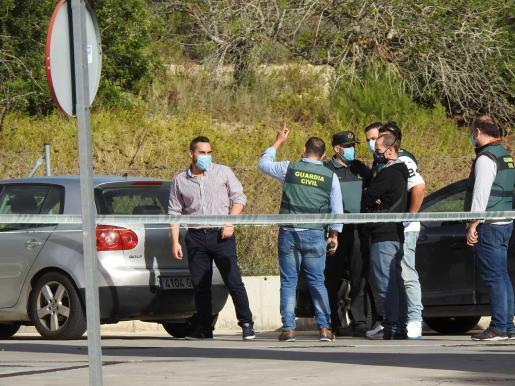 Un dato a aclarar es por qué nadie escuchó las dos detonaciones en la escopeta en el párking de la gasolinera.