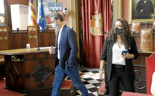 El alcalde José Hila con la regidora Angélica Pastor, al inicio la segunda jornada del debate de estado de la ciudad.