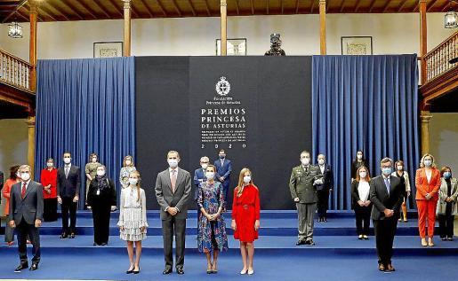 Los reyes Felipe VI y Letizia y su hijas la princesa Leonor y la infanta Sofía posan en una foto de grupo con los galardonados con los premios Princesa de Asturias, durante una audiencia celebrada en el Hotel Reconquista de Oviedo, este viernes.