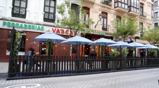 Clientes en un bar con terraza este viernes en Bilbao.