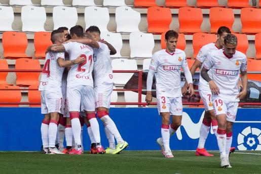 Los jugadores del Mallorca se abrazan para celebrar el tanto de la victoria en el estadio Anxo Carro de Lugo.
