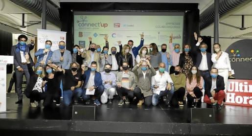 Foto de familia de finalistas, ganadores, junto a colaboradores y organizadores.