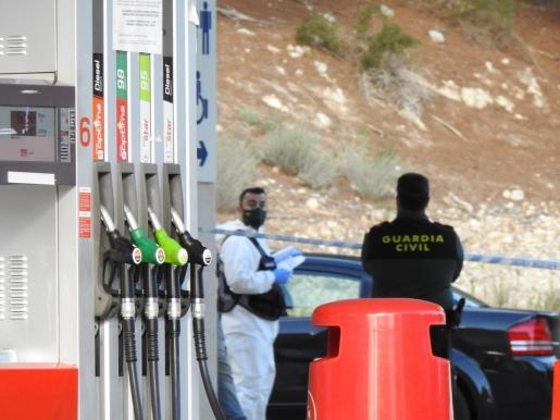 En el coche. Los dos cadáveres aparecieron el jueves por la tarde en el interior del Dodge negro del piloto que estaba aparcado en una gasolinera de Peguera.