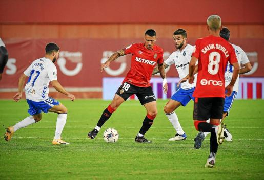 Antonio Sánchez protege el balón entre varios jugadores del Tenerife. El centrocampista del Mallorca regresa a Miranda, donde brilló la temporada pasada.