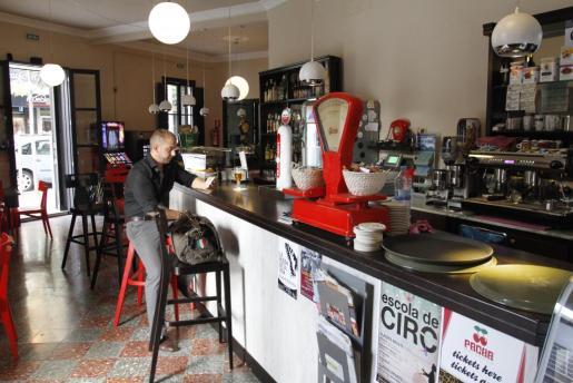 La cervecería Dos Terres ocupa el local que fue, durante décadas, la tradicional chocolatería Can Tomeu.