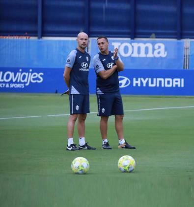El entrenador del Atlético Baleares, Jordi Roger (derecha), junto a su segundo, Xavi Calm.