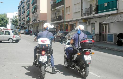 Dos agentes de la policía patrullan en moto en el barrio de Son Gotleu.