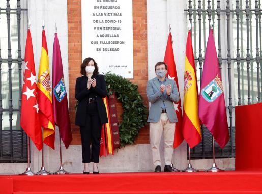 La presidenta regional Isabel Díaz Ayuso y el alcalde de la capital, José Luis Martínez-Almeida, durante el homenaje que la Comunidad de Madrid rinde a las víctimas de la COVID-19.