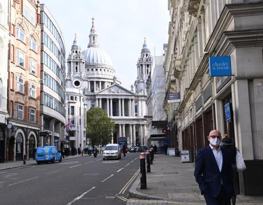 Una persona camina cerca de la catedral de St Paul en Londres.