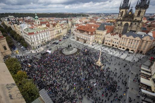 Cerca de dos mil personas han protagonizado diversos disturbios en el centro de Praga por la suspensión de las competiciones de fútbol para frenar la expansión de la COVID-19.
