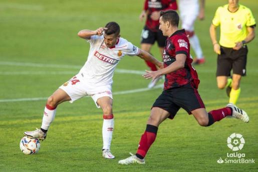 Dani Rodríguez controla el balón durante el partido.