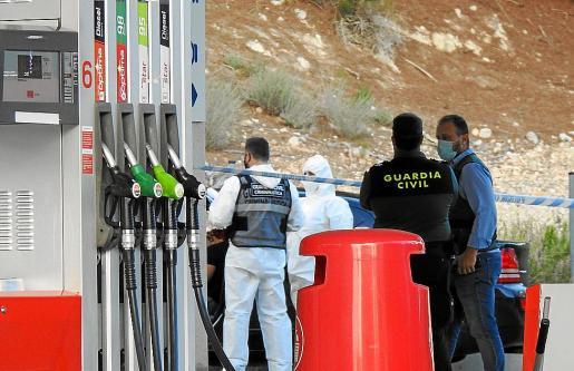 Guardia Civil analizando el vehículo donde aparecieron los cadáveres.