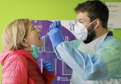 Imagen de la realización de una prueba PCR.