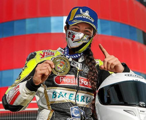 La piloto mallorquina Pakita Ruiz celebra su sexto título nacional, este domingo.