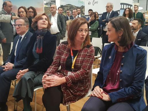 La presidenta Francina Armengol dialoga con la ministra Reyes Maroto durante la última edición de Fitur.