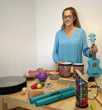 Gabriela, con los instrumentos que suele utilizar como musicoterapeuta.