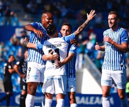 Vinicius (izquierda) se abraza a sus compañeros celebrando uno de los goles de la victoria de su equipo en el estreno liguero.