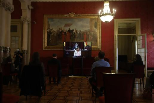 Periodistas, siguiendo el discurso de Armengol en el Parlament.
