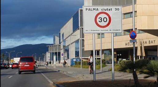 Un cartel anuncia el límite de velocidad.