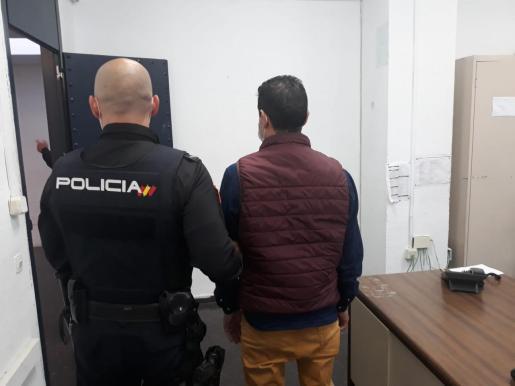 Imagen del detenido tras prestar declaración en Jefatura.