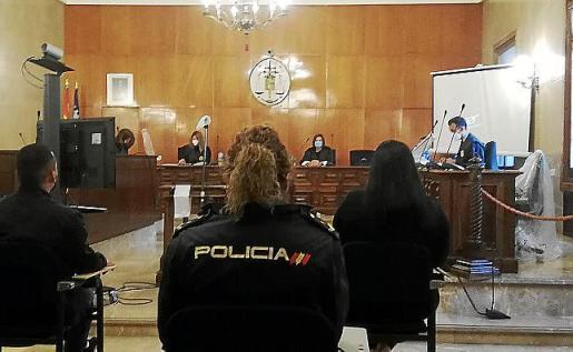 Los imputados, escoltados por una policía, en la Audiencia.