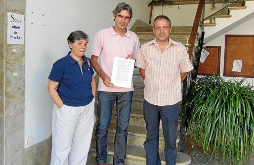 Esteva (Progressistes), Colom (PSOE) y Gual (Entesa) registraron ayer el documento de repulsa.