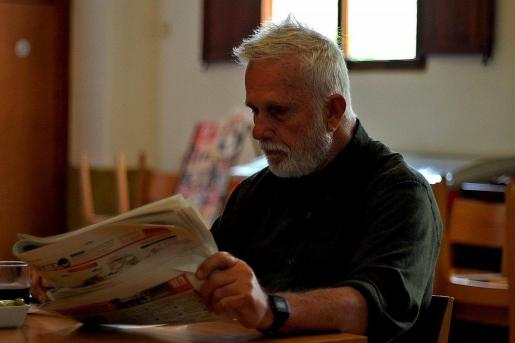 Imagen de Richard, leyendo el periódico en su pueblo.