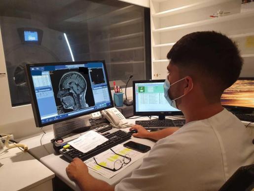 Un sanitario, durante la realización de una resonancia magnética.