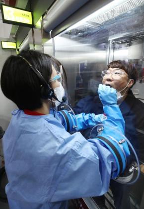 Un empleado del Hospital H Plus Yangji realiza las pruebas de la COVID-19 a un paciente.