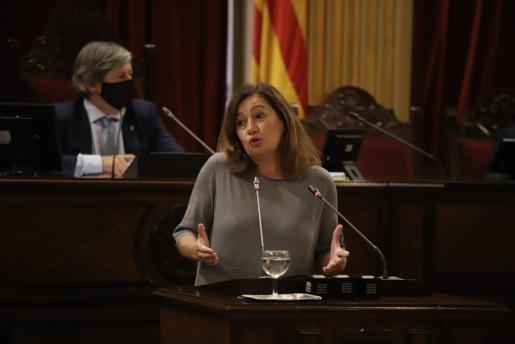 Francina Armengol durante su intervención en el debate de política general en el Parlament balear.