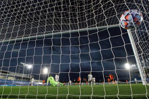 El portero belga del Real Madrid, Thibaut Courtois encaja uno de los goles ante el Shakhtar, en partido de la primera jornada de la Liga de Campeones, este miércoles en el estadio Alfredo di Stefano .