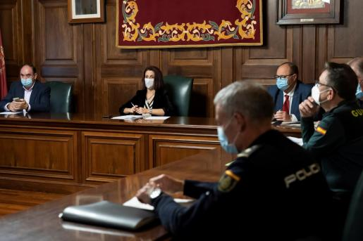 La alcaldesa de Teruel, Emma Buj (2i), preside la reunión de la Junta Local de Seguridad, este miércoles después de que el Gobierno de Aragón haya decretado el confinamiento perimetral de Zaragoza, Huesca y Teruel.